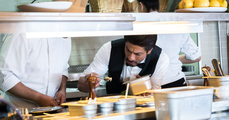 Shah Rukh Khan Inviting Tourists in Dubai to Surprise Them
